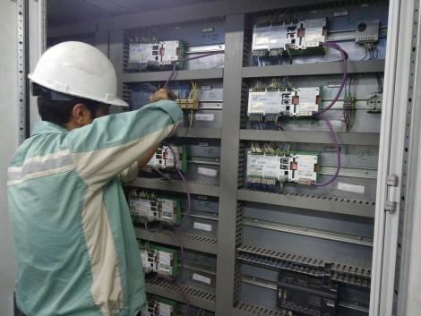 طراحی و ساخت کنترلر بلتفیدرهای سیستم شارژ مواد کوره قوس الکتریکی (RC200)